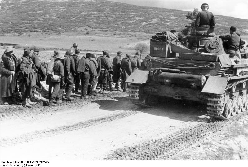 Bundesarchiv_Bild_101I-163-0332-25_Griechenland_Kriegsgefangene_neben_Panzer_IV
