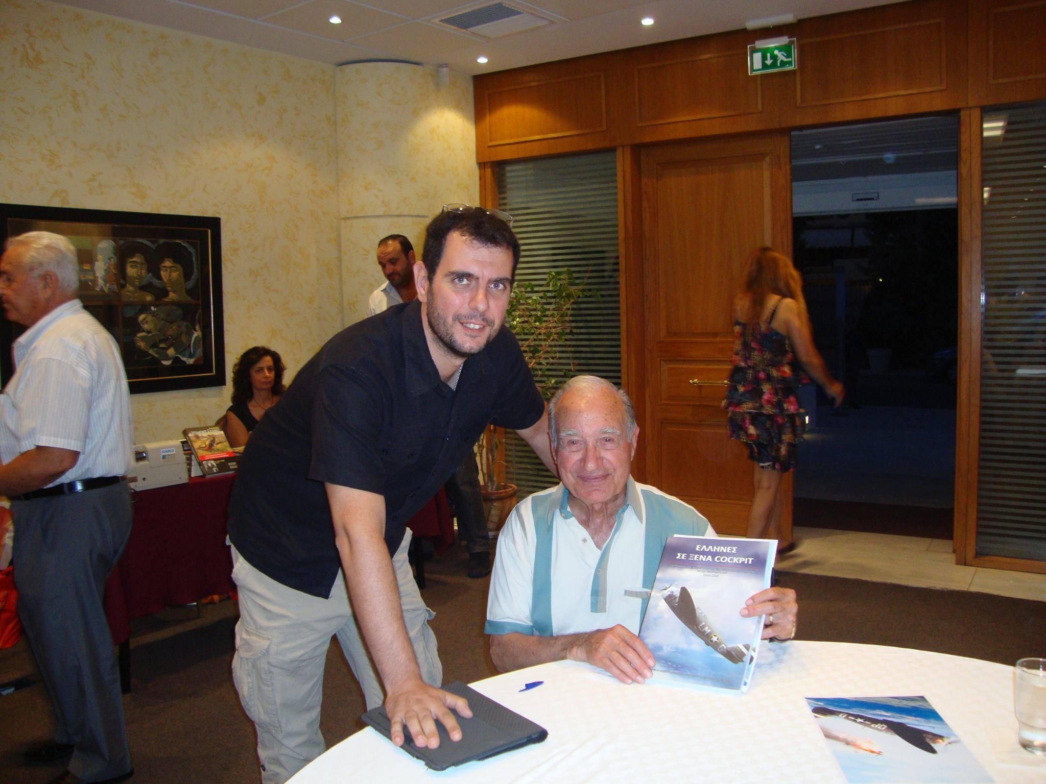 Ο θρυλικός Έλληνας πιλότος Steve Pisanos με τον εκ των συγγραφέων κ. Δημήτρη Βασιλόπουλο