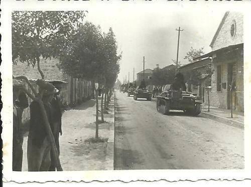 Τύρναβος 1941.Γερμανικά άρματα PzKw2 διασχίζουν την πόλη.