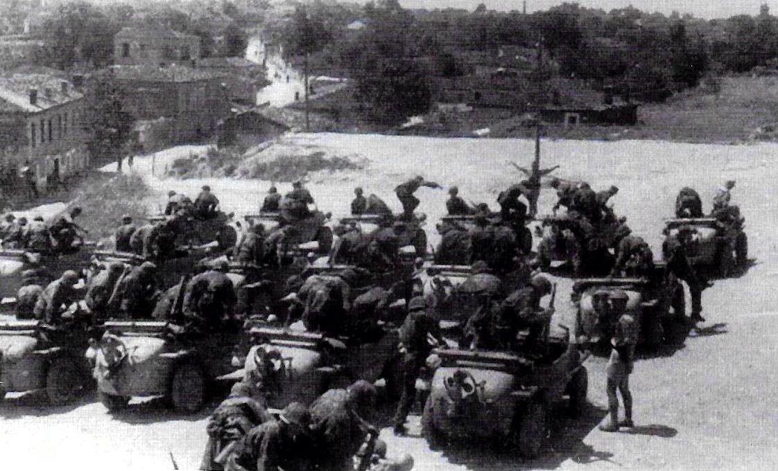 Τρίκαλα, καλοκαίρι του 1944.Τα πληρώματα των χαρακτηριστικών αμφιβίων οχημάτων τύπου τζιπ των Γερμανών σε ασκήσεις εντός του στρατοπέδου του 4ου Τάγματος Ανίχνευσης-Αναγνώρισης των SS