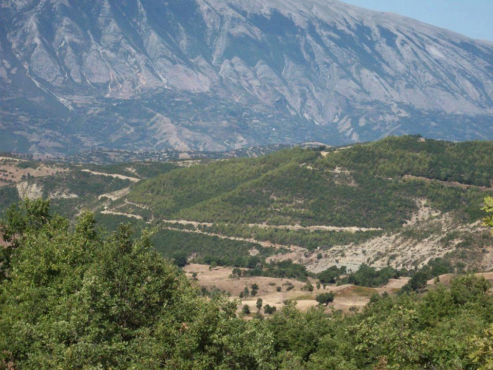 Η Κλεισούρα, κάτω στο βάθος, όπως φαίνεται από το βουνό, με την Τρεμπεσίνα από πίσω (Φωτό και μαρτυρία Αριάν Μουράι)