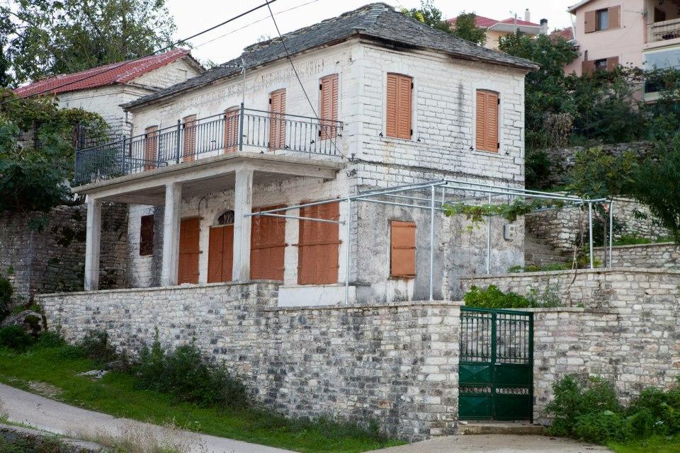 Στο χωριό Βουλιαράτι Αργυροκάστρου το κτίριο που χρησιμοποιήθηκε ως νοσοκομείο την περίοδο του'40