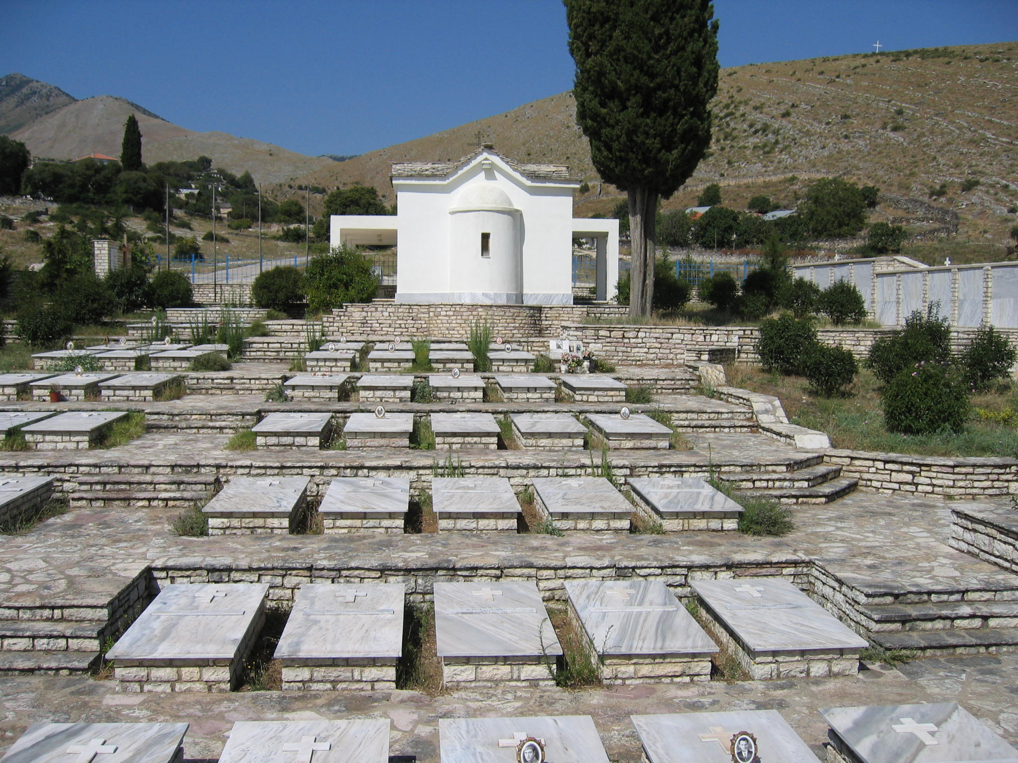Μερική άποψη του στρατιωτικού κοιμητηρίου Ελλήνων πεσόντων του'40 στο χωριό Βουλιαράτι Αργυροκάστρου.