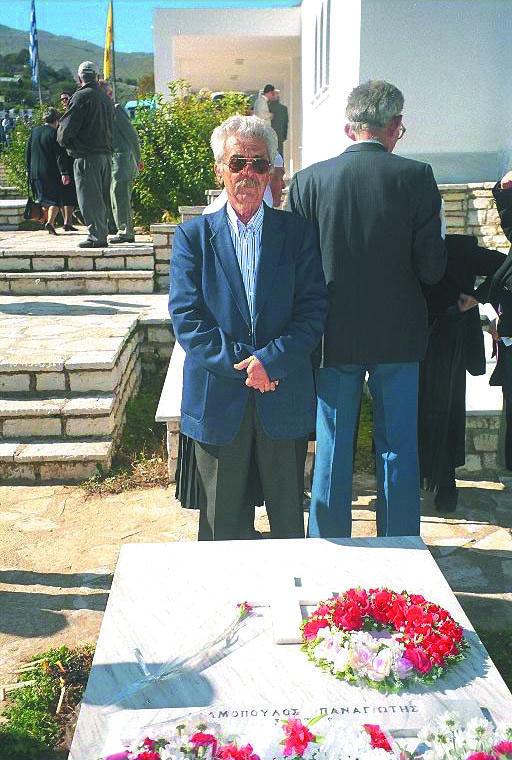 Ο γιός του πεσόντα Παναγιώτη Αδαμόπουλου, μετά από 62 χρόνια, ο οποίος δεν γνώρισε τον πατέρα του αφού τότε που έφυγε για το μέτωπο αυτός δεν είχε γεννηθεί.