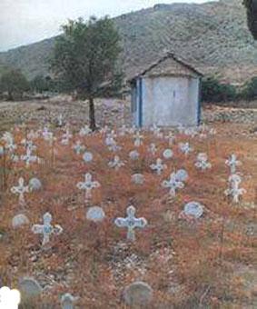 Εχασαν τη μάχη για τη ζωή 57 στρατιώτες. Οι κάτοικοι τους έθαψαν με όλες τις τιμές και όπως αρμόζει. Στους τάφους τους τοποθέτησαν σταυρούς με αριθμούς και κράτησαν ένα πρόχειρο κατάλογο των ονομάτων (με αρκετές ελλείψεις) ένας δε κάτοικος ο Δημήτρης Μπάκος επί 32 ολόκληρα χρόνια (όσο ζούσε) συντηρούσε το νεκροταφείο, στερέωνε τους σταυρούς και τους αντικαθιστούσε όταν καταστρέφονταν. Περίμενε την ημέρα, που θα μπορούσε να παραδώσει κανονικά στους συγγενείς και να δείξει τον τάφο του δικού τους ανθρώπου.