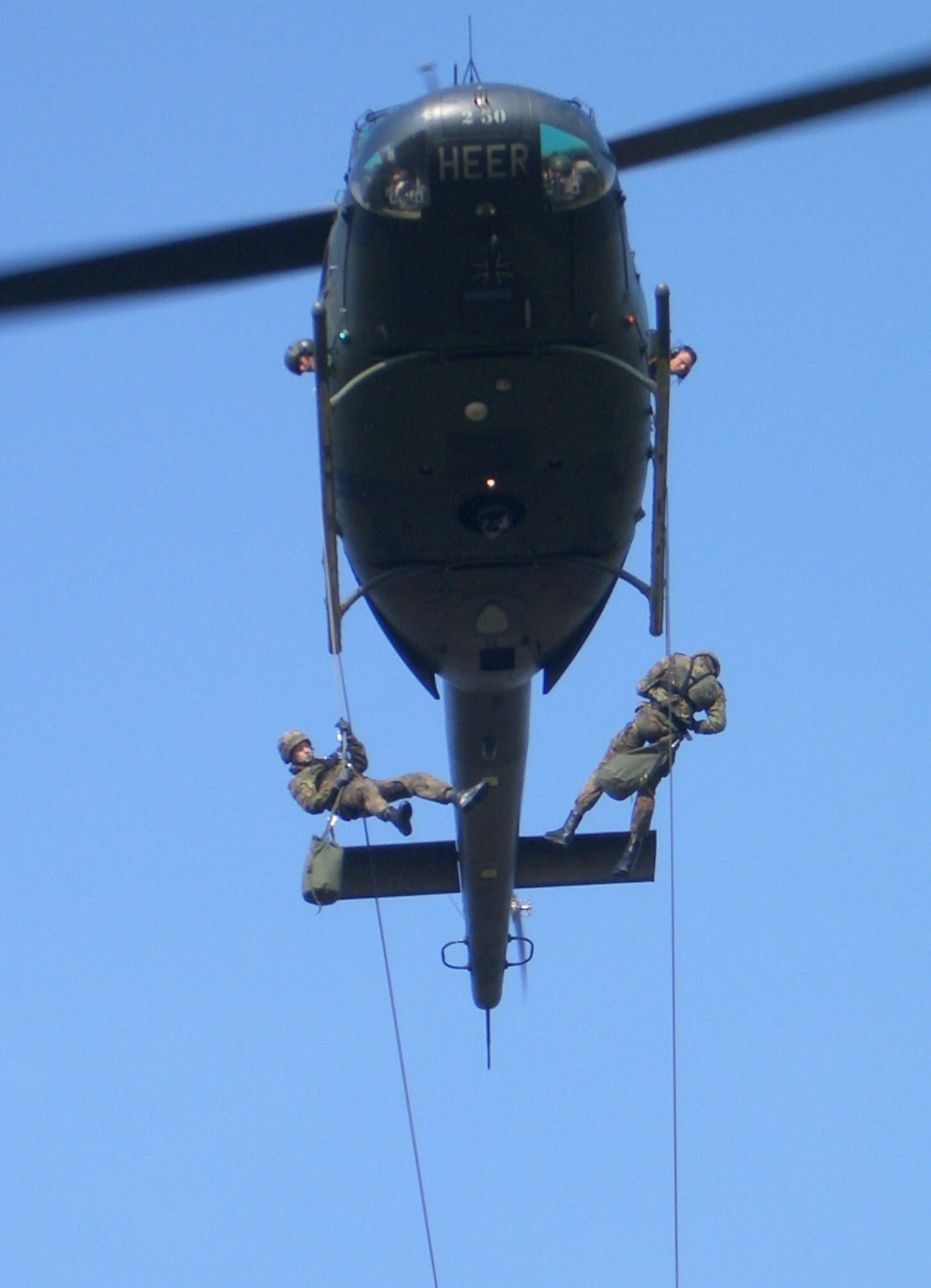 Ασκήσεις ταχείας καθόδου από ελικόπτερο