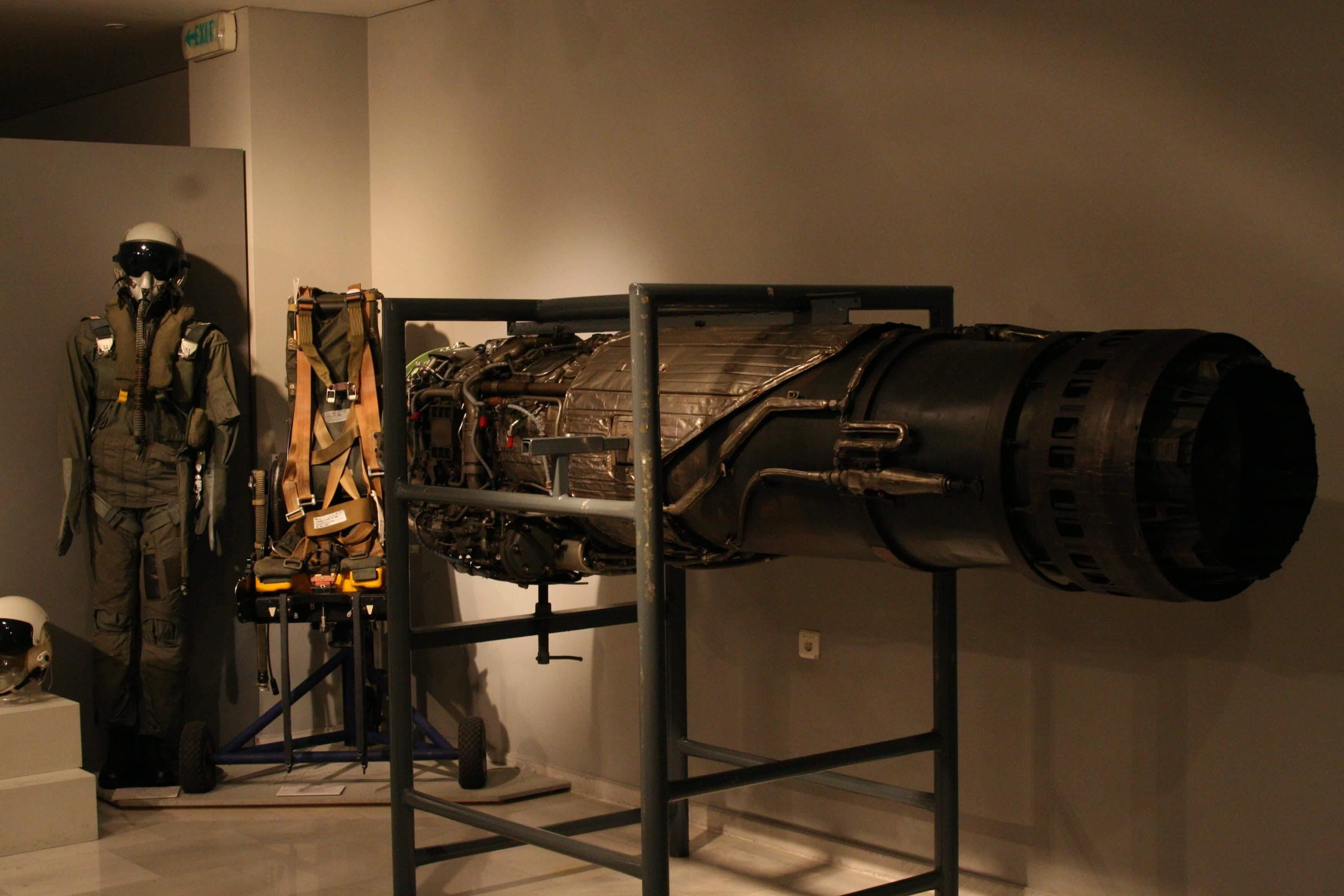Εκτινασομενο κάθισμα και κινητήρας αεροπλάνου F5A και φόρμα χειριστή.