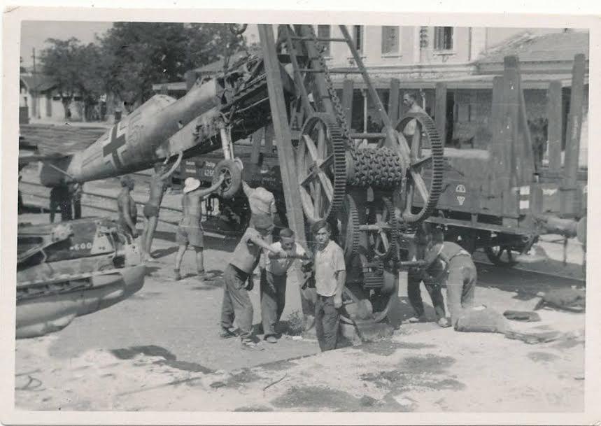 Μεταφορά-Γερμανικών-καταδιωκτικών-Me-109-στο-διδηροδρομικό-σταθμό-της-Λάρισας-Πηγή-Αρχείο-Βύρωνα-Τεζαψίδη