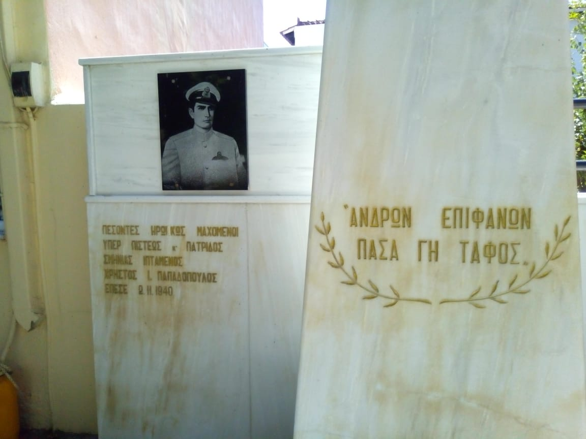 Κοντινή άποψη του μνημείου στην Παραλία Αυλίδος, το οποίο τιμά τον αεροπόρο Χρήστο Παπαδόπουλο. ΦΩΤΟ: Ζήσης Σαλεμής