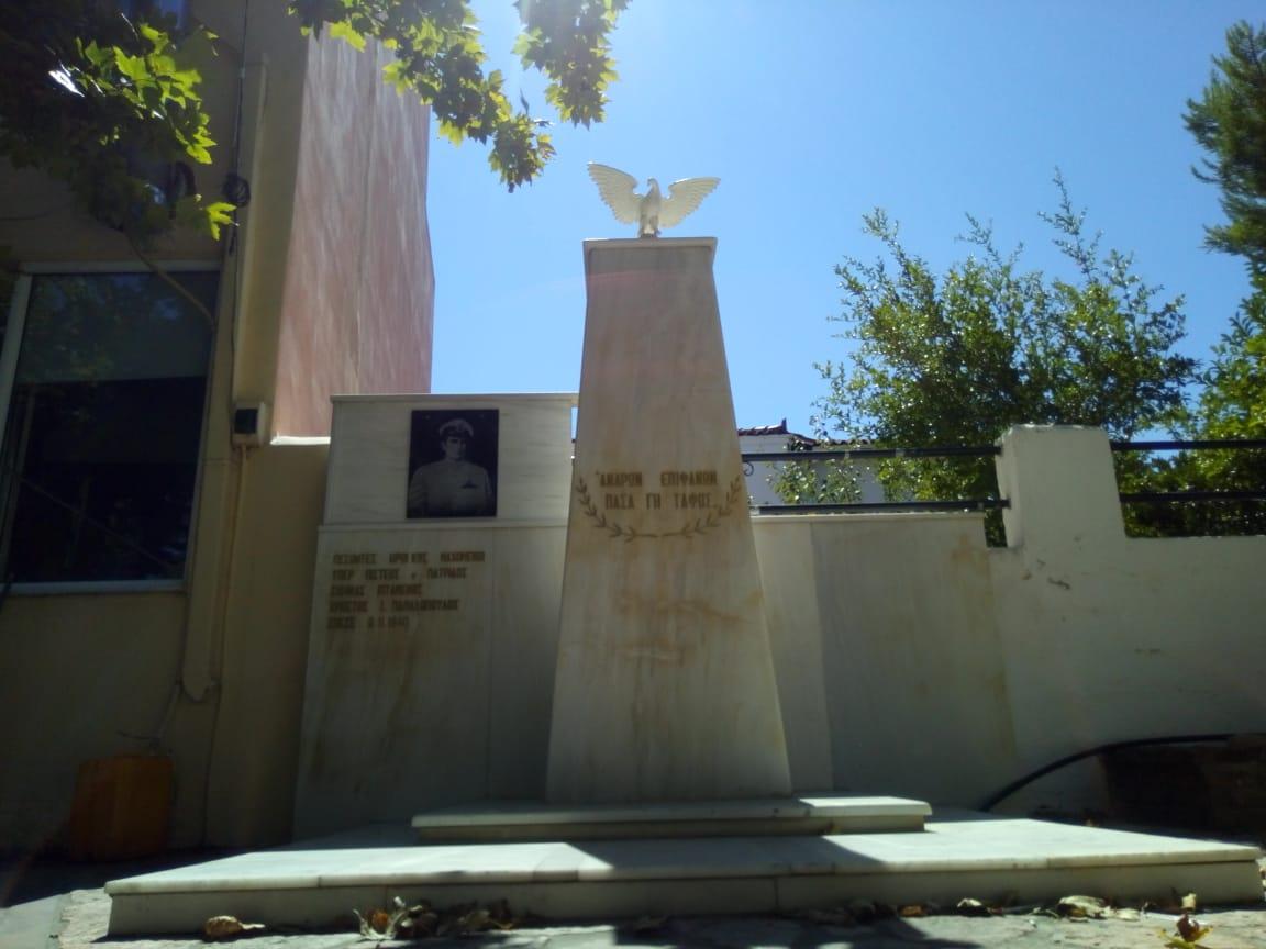 Το μνημείο στην Παραλία Αυλίδος, το οποίο τιμά τον αεροπόρο Χρήστο Παπαδόπουλο. ΦΩΤΟ: Ζήσης Σαλεμής
