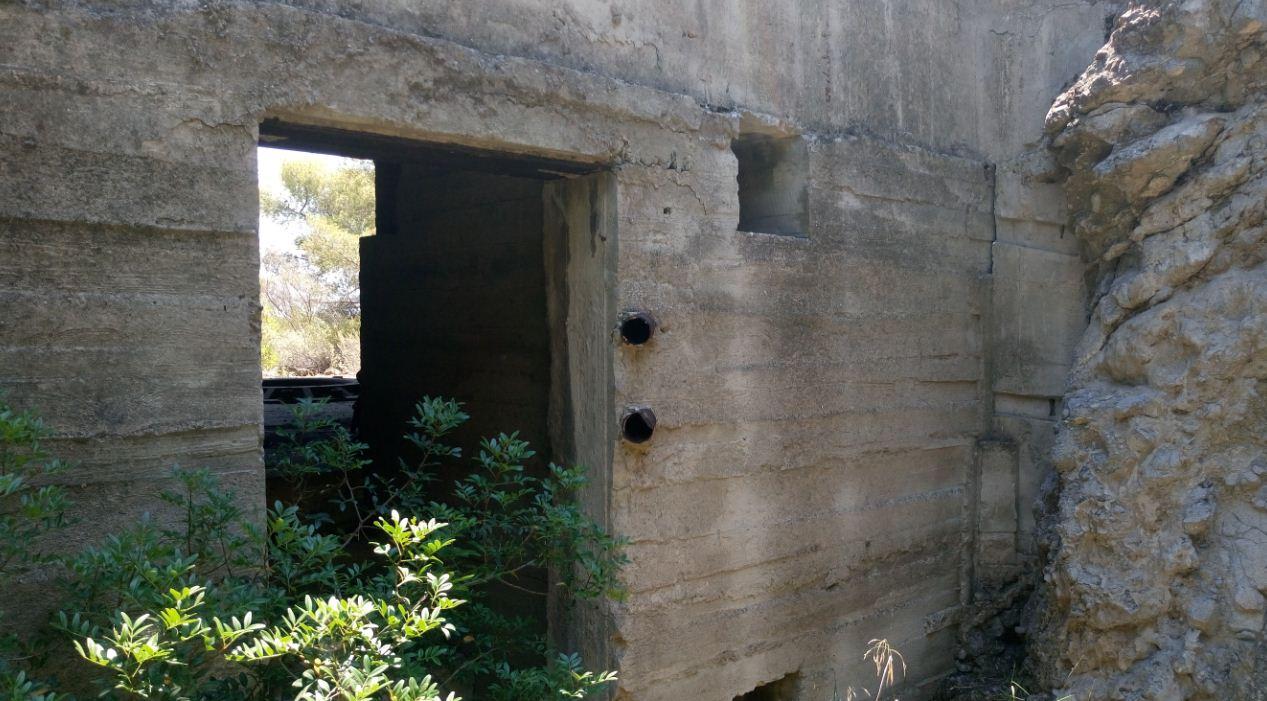 Η είσοδος του bunker, βρίσκεται στην πίσω πλευρά του.