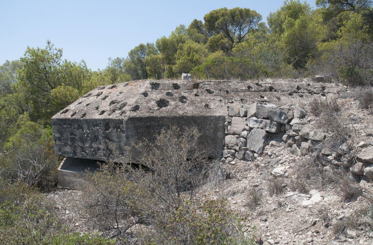 Το παρατηρητήριο, μπροστά από τα 3 πυροβολεία.