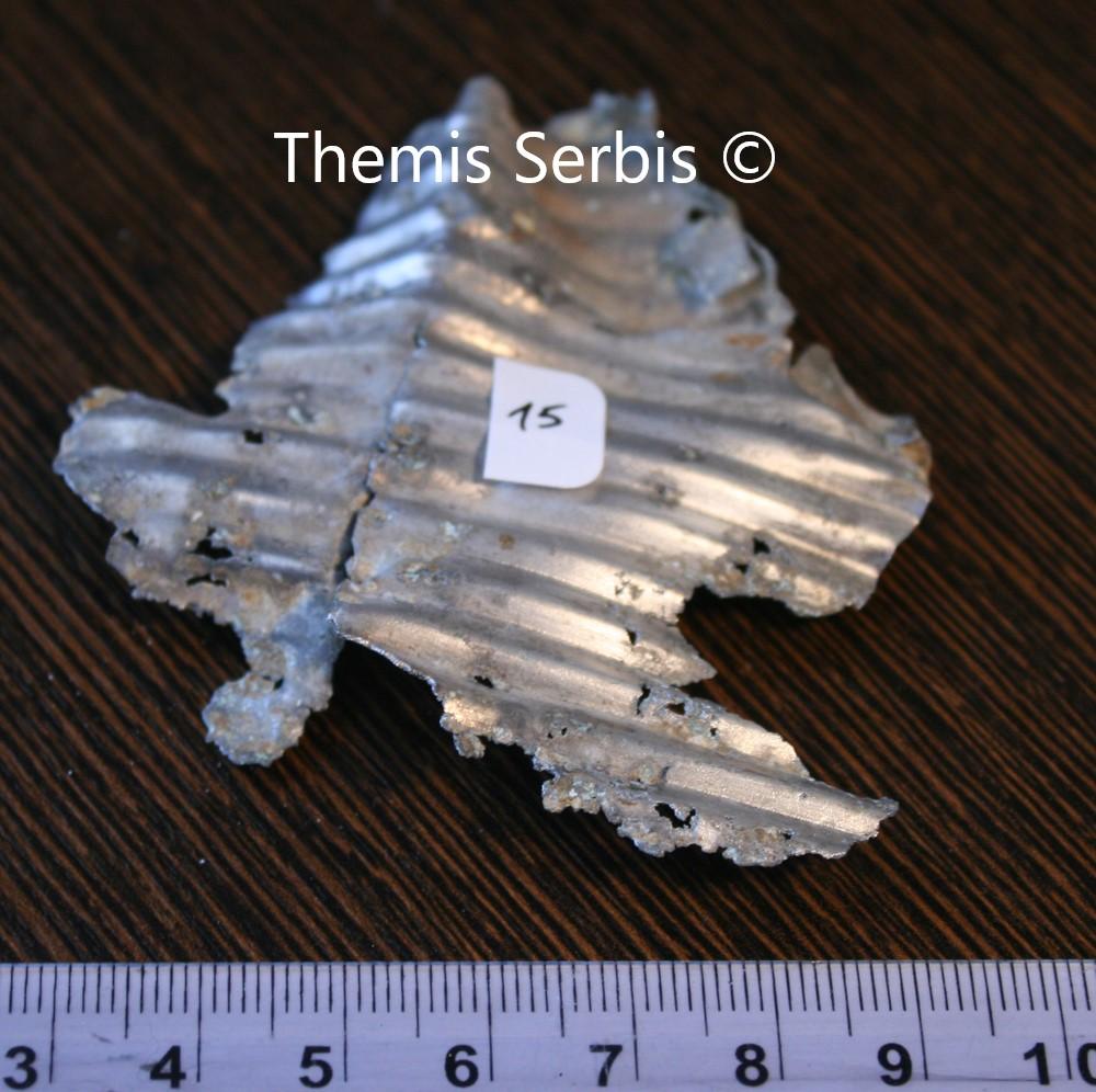 Τμήμα της πτέρυγας του αεροσκάφους. Διακρίνεται η κυματιστή μορφή του αλουμινίου, χαρακτηριστικό στοιχείο του εν λόγω αεροπλάνου.