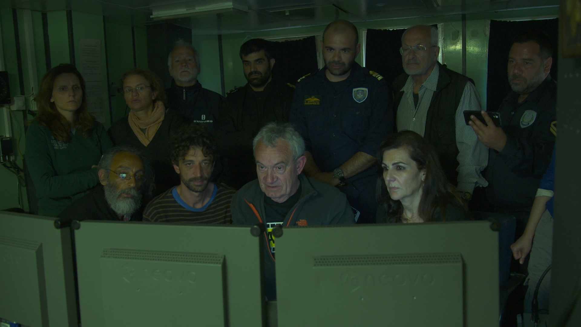 With eyes set on the monitors, the members of the expedition closely look at the images coming from the abyss.