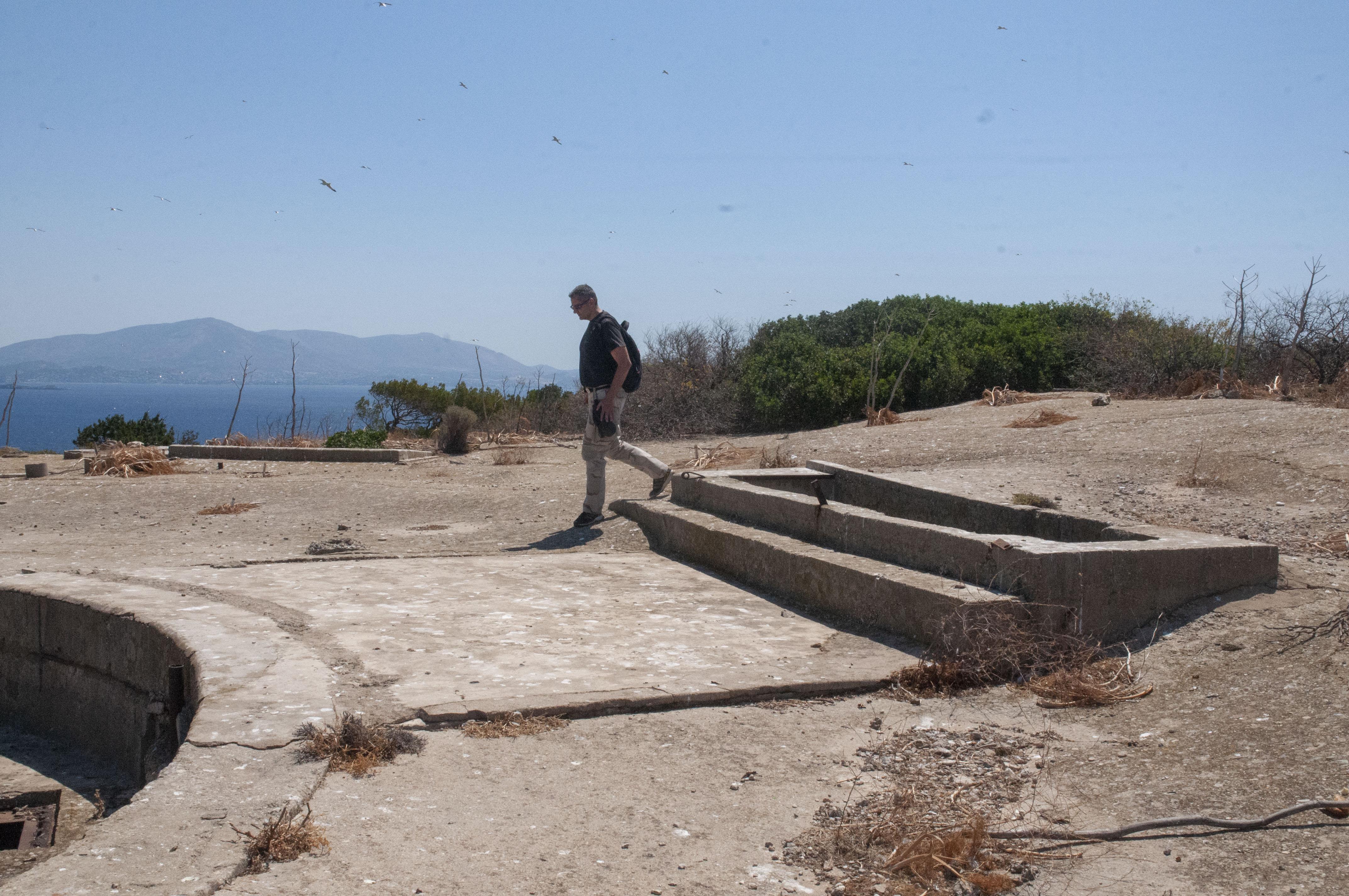 Αριστερά, η βάση του πυροβόλου των 178 χιλιοστών. Δεξιά, η είσοδος στο καταφύγιο.