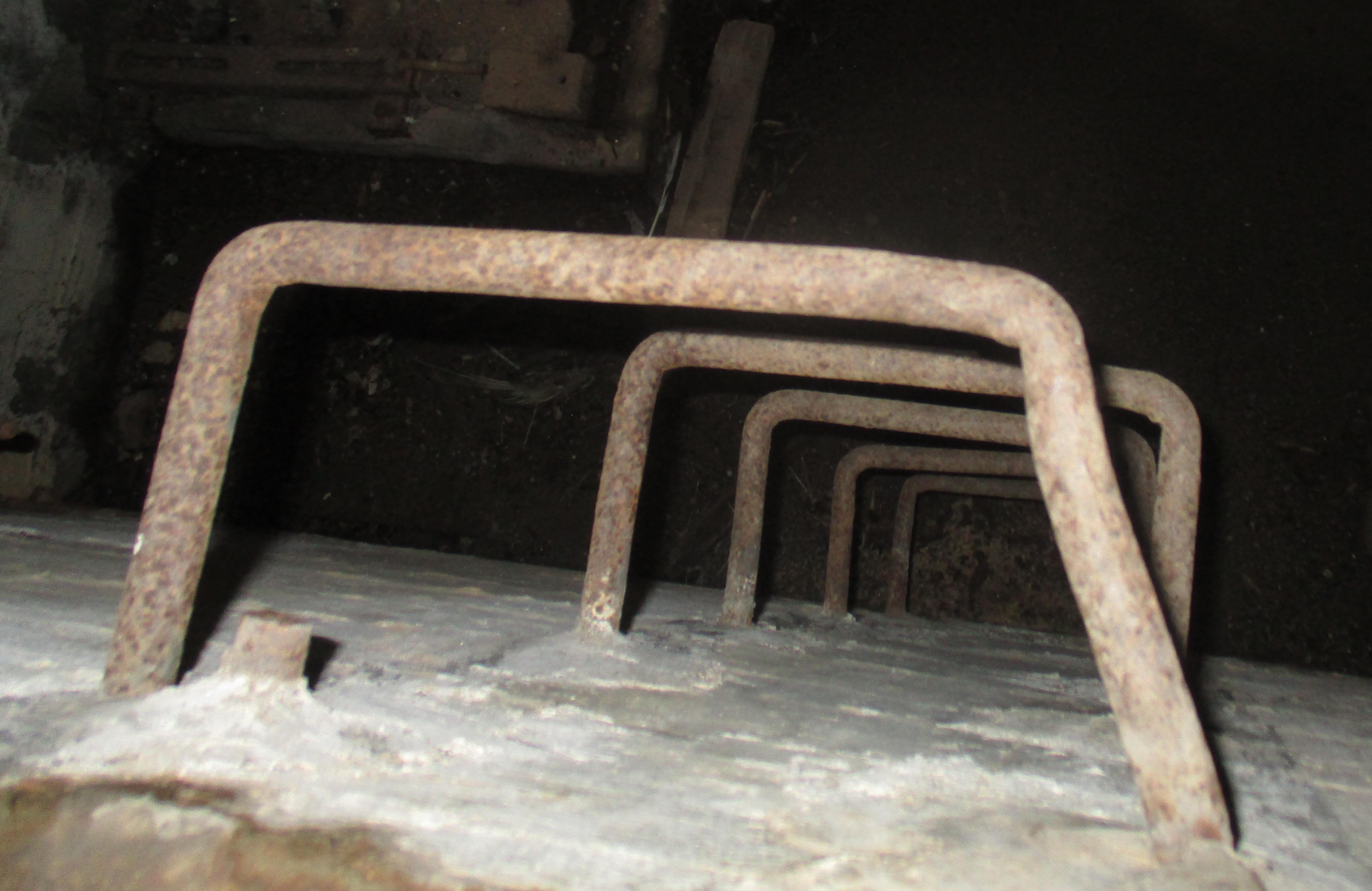Η κάθοδος στο εσωτερικό του καταφυγίου, γίνεται με επιτοίχια μεταλλικά σκαλοπάτια τύπου «Π».