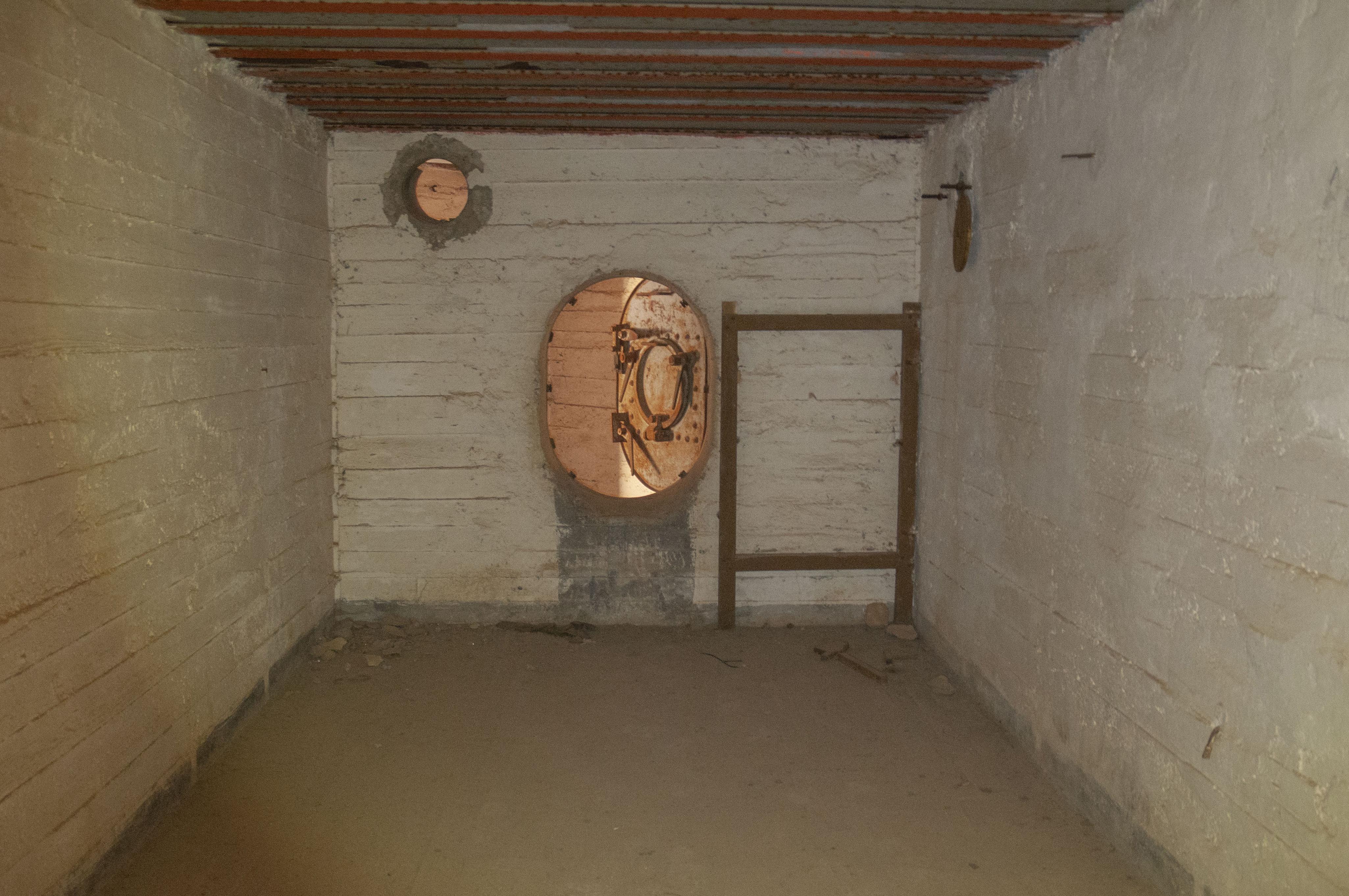 Βοηθητικός θάλαμος του καταφυγίου. Παρατηρήστε την ιδιαίτερα μικρή είσοδο, καθώς και τη θωρακισμένη οροφή.