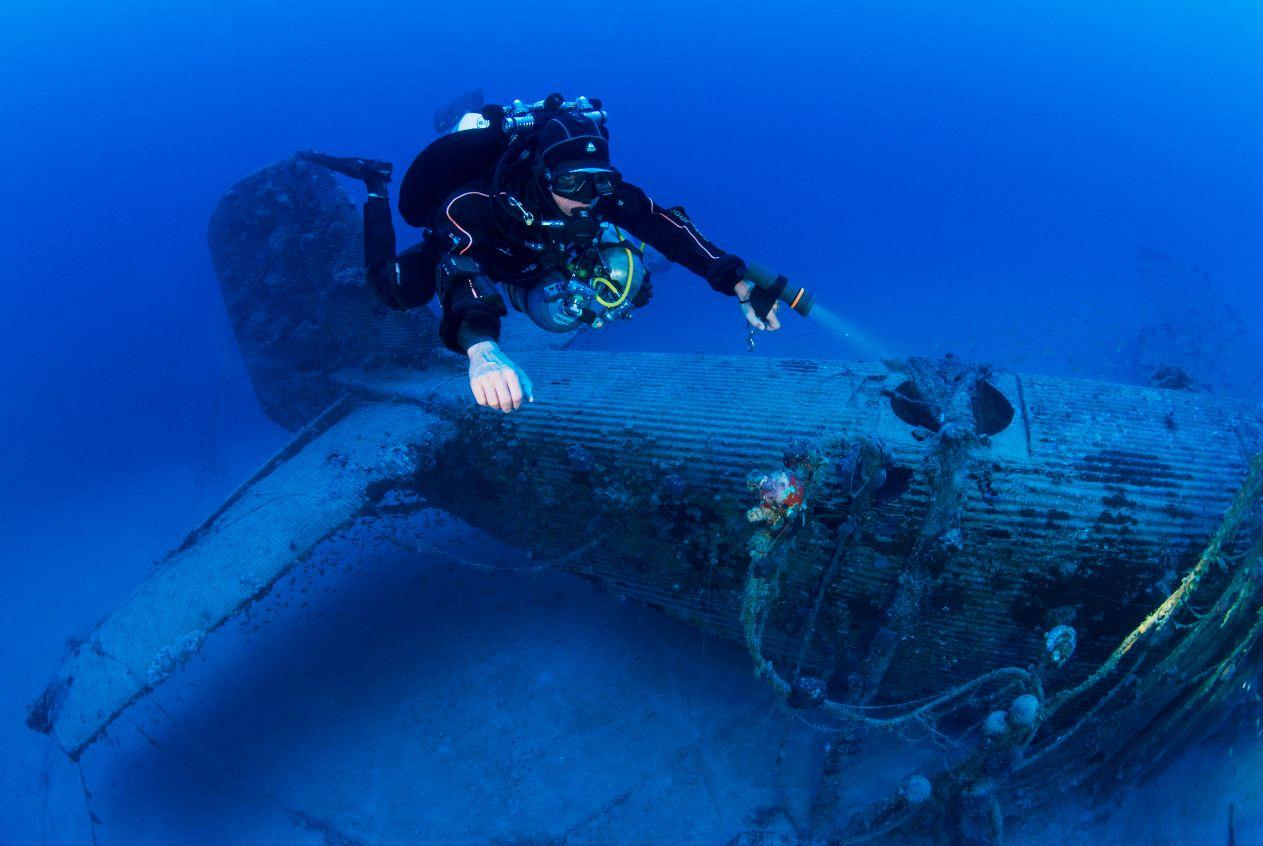 Ο δύτης μελετά το αεροναυάγιο του Ju52