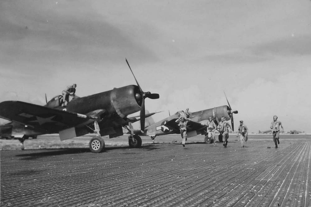 Pilots sprint for their Corsairs when word is flashed of unidentified aircraft approaching Roi, on June 20, 1944. (Dan Farnham collection)