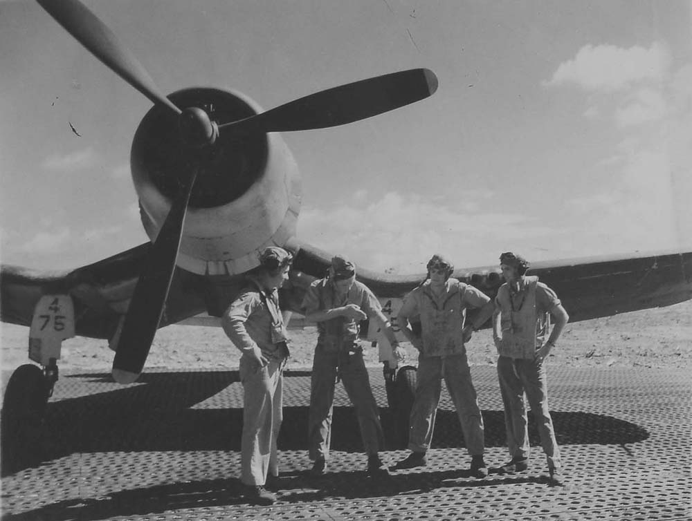 Pilots of the 4th Marine Air Wing discuss their engagement following a scramble from Roi, in June 1944. (Dan Farnham collection)