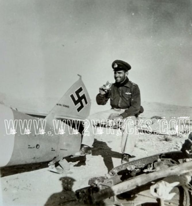 Ο Ιωάννης Κατσαρός ποζάρει χαμογελαστός σε ένα καταδιωκτικό Bf109 της Luftwaffe
