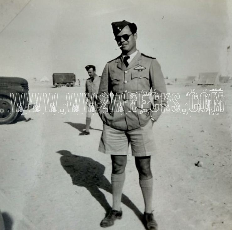 Ο Ιωάννης Κατσαρός σε αεροδρόμιο εκστρατείας, από το οποίο επιχειρούσε η 336 στη Β. Αφρική. Φωτογραφία: Άγγελος-Στέφανος Μωραΐτης