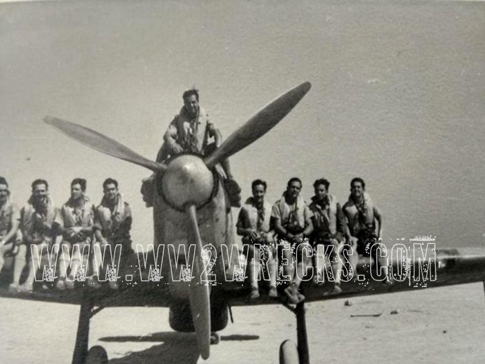 Άνδρες της 336 Μοίρας Διώξεως της ΕΒΑ ποζάρουν σε αναμνηστική φωτογραφία πάνω σε ένα Hurricane. Πόσοι άραγε από αυτούς δεν επέστρεψαν ποτέ; Φωτογραφία: Άγγελος-Στέφανος Μωραΐτης