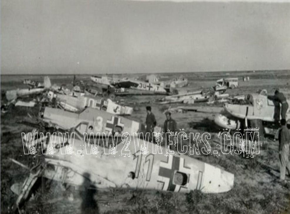 Έλληνες περιεργάζονται κατεστραμμένα αεροσκάφη της Luftwaffe σε αεροδρόμιο της Β. Αφρικής. Φωτογραφία: Άγγελος-Στέφανος Μωραΐτης