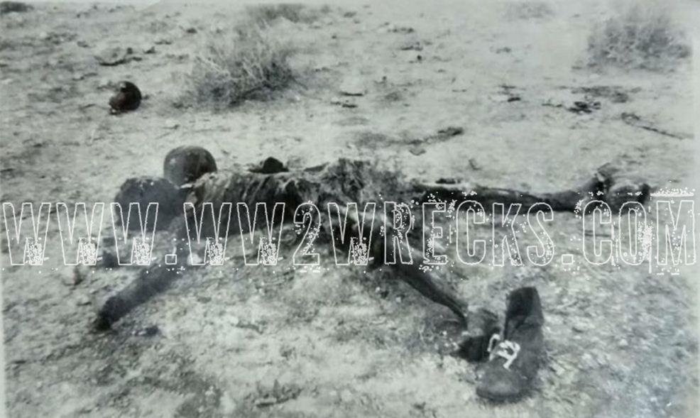 Η σκληρή όψη του πολέμου. Νεκρός στρατιώτης κείτεται άταφος στην έρημο της Β. Αφρικής. Φωτογραφία: Άγγελος-Στέφανος Μωραΐτης