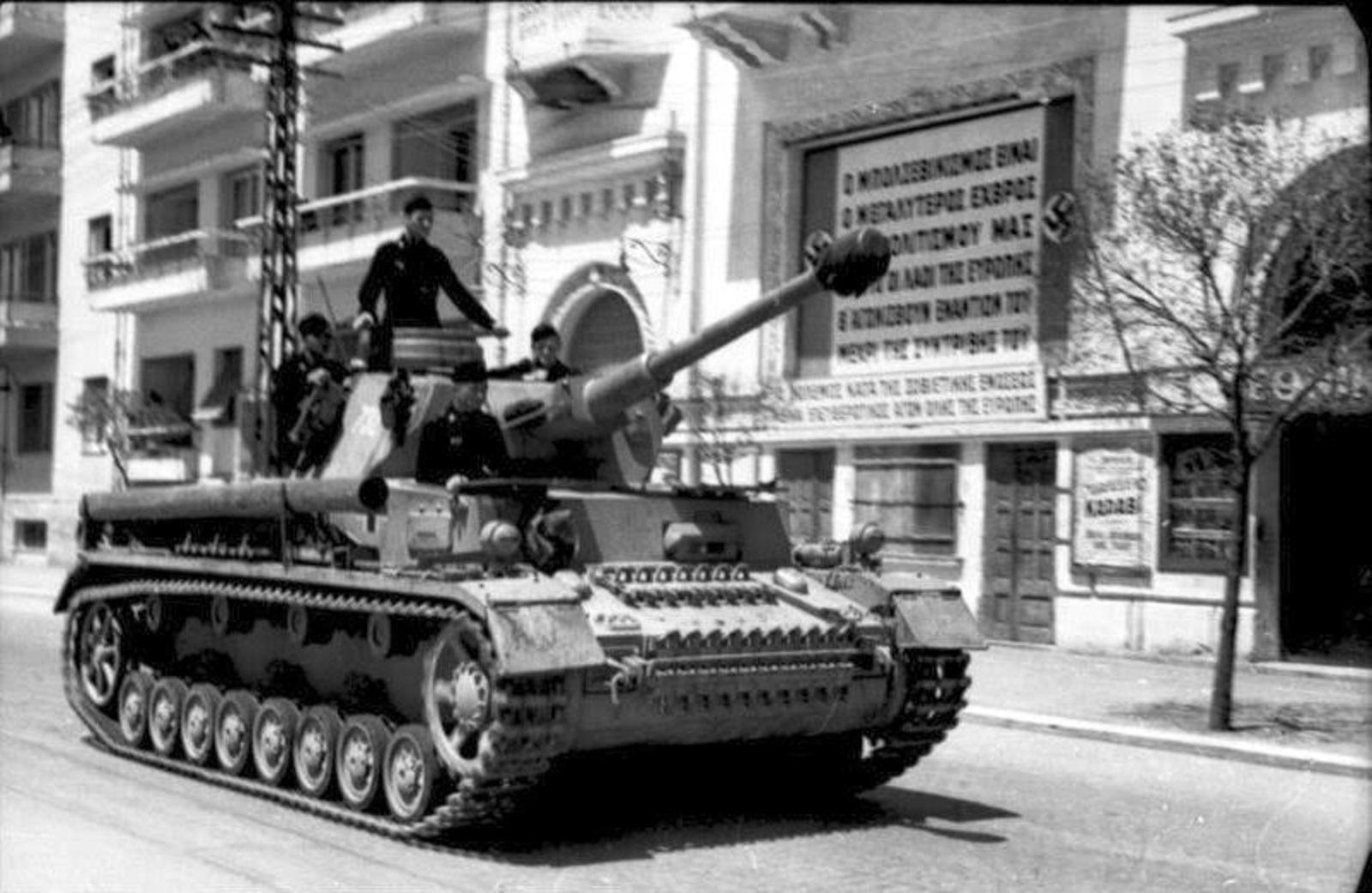 Bundesarchiv_Bild_101I-175-1267-12,_Griechenland,_Panzer_IV_in_Hafenstadt