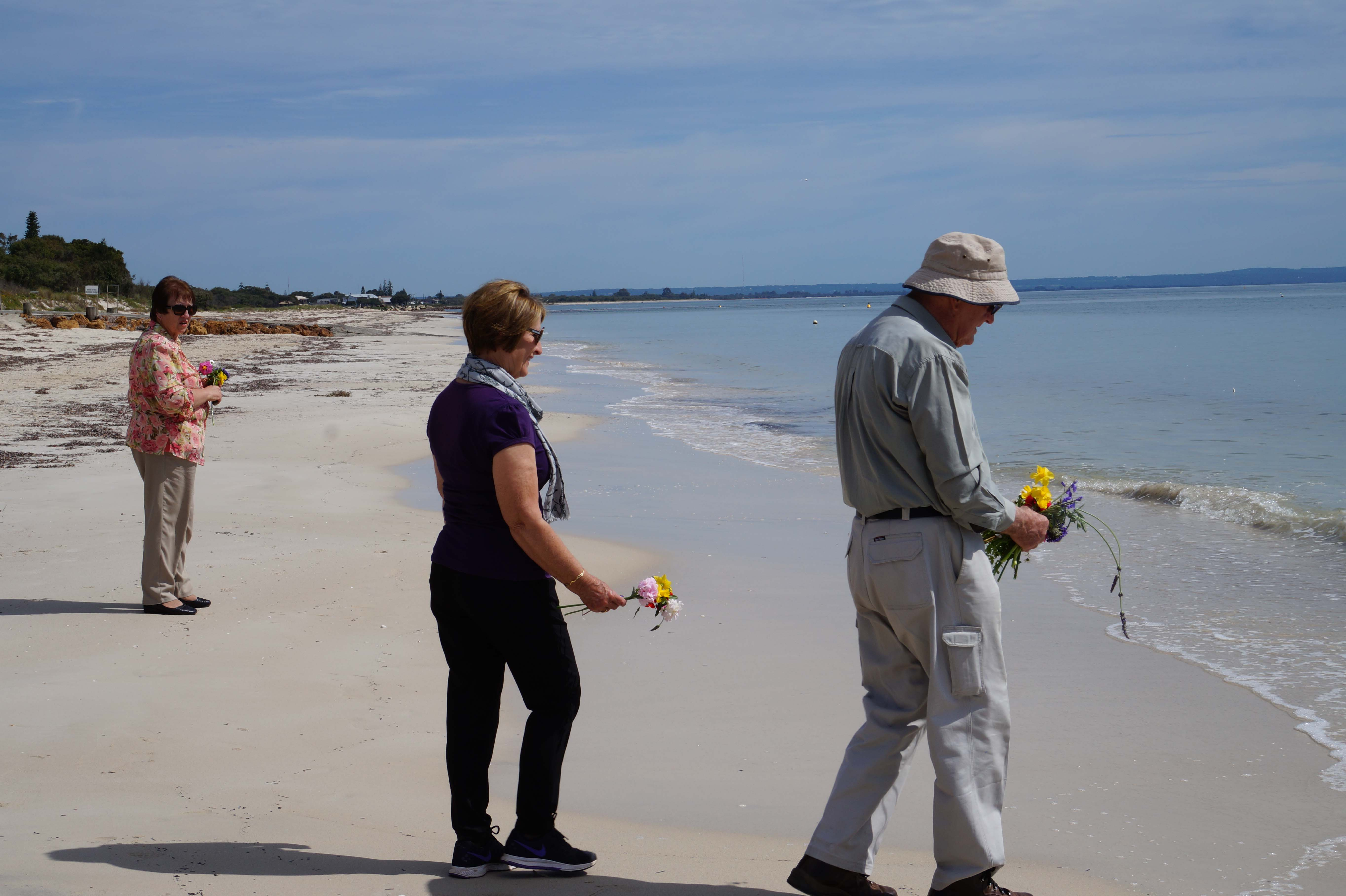 2Priscilla Smith, Bernie Morgan and Des Aitken about to throw flowers on the ocean_
