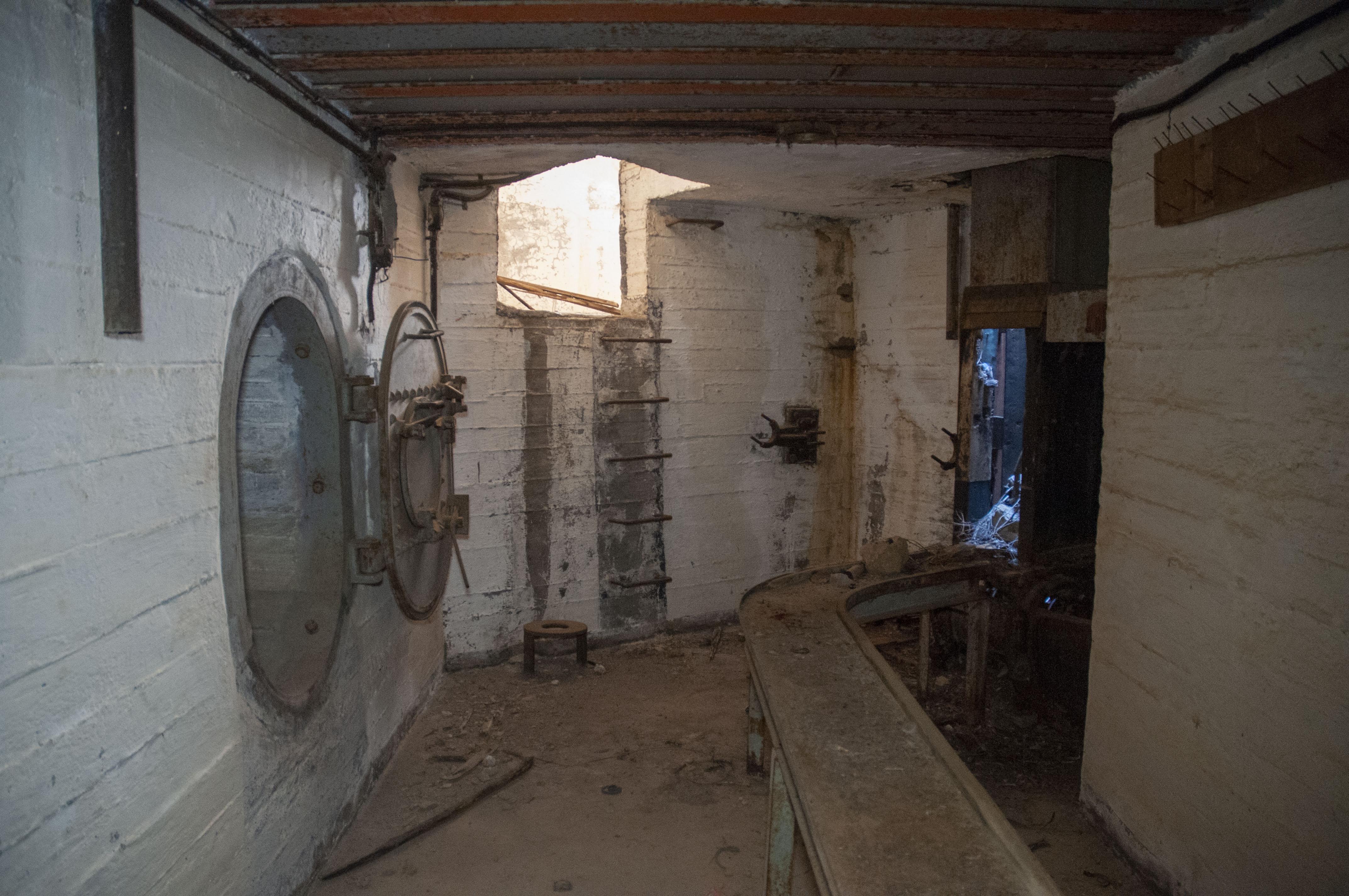 Ο κεντρικός θάλαμος. Αριστερά, η πόρτα προς βοηθητικό θάλαμο. Στο κέντρο, οι σκάλες τύπου «Π» προς τον προθάλαμο. Δεξιά, το σύστημα μεταφοράς βλημάτων (ράγες και συσκευή ανύψωσης).